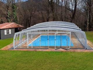 OMEGA bietet viel Platz rund um den Pool