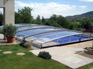 Poolüberdachung CORONA™ schützt Ihren Pool und stört im Garten nicht