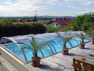 Eine der niedrigen Varianten ELEGANT Poolüberdachung