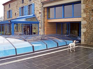 IMPERIA Schwimmbadüberdachungsmodell it dem Haus verbunden