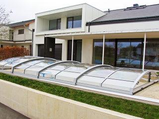 IMPERIA Poolüberdachungsmodell passt nicht nur in den traditionellen Garten, sondern auch zu moderner Architektur