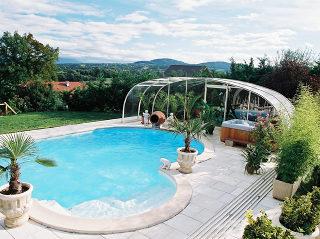 Gerundeter Pool mit der LAGUNA Poolüberdachung
