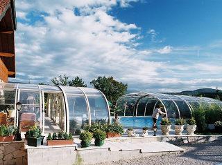 Geräumige Ausführung der LAGUNA Poolüberdachung