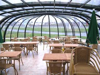 Massgefertigte Schiebeüberdachung OLYMPIC als Sitzplatzverglasung ausgenutzt