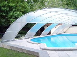Hohe Poolüberdachung RAVENA von ALUKOV Deutschland