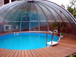 Massgefertigte runde Poolüberdachung ORIENT von ALUKOV