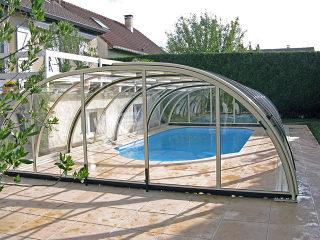Unter der Poolüberdachung TROPEA gibt es genug Raum für Schwimmen