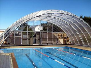 Poolüberdachung UNIVERSE über einen öffentlichen Pool