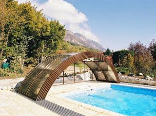 Offene Poolüberdachung mit Alu-Profilen im Holzdekor