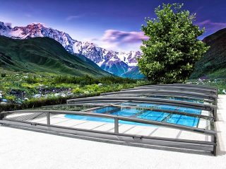Schiebbare Schwimmbadüberdachung Viva mit wunderbarem Blick auf die Berge.