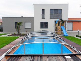 Schwimmbadüberdachung Elegant in Kombination mit modernem Haus schaut wunderschön aus.