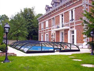 Schwimmbadüberdachung Elegant NEO mit ansprechendem Haus im Hintergrund