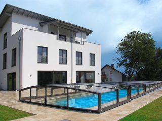 Schwimmbadüberdachung Viva passt bestens zu modernem Haus.