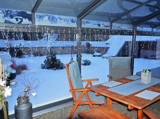 Sitzplatzverglasung CORSO Premium im Winter vom Innen
