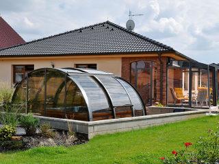 OASIS™ small passt sehr gut in den Garten des Einfamilienhauses