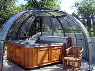 SPA DOME ORLANDO® dient als Whirlpoolüberdachung und Sitzplatz in Einem