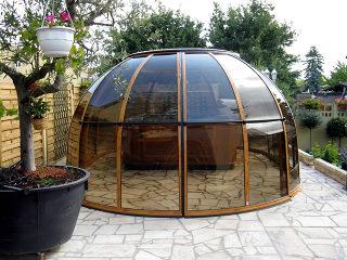SPA SUNHOUSE® in der Rauchglas Ausführung und Alu-Profilen im Holzdekor