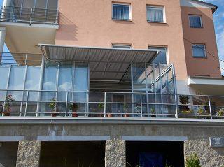 Teilweise aufgeschobene Terrassenüberdachung Corso Glass für Horeca