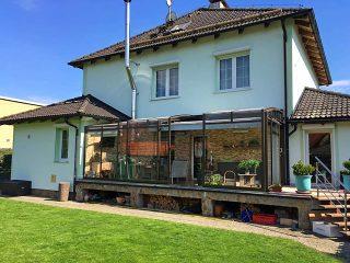 Teilweise aufgeschobene Terrassenüberdachung CORSO Premium von ALUKOV