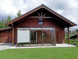 Terrassenüberdachung CORSO von ALUKOV passt wunderbar auch zum  Holzhaus
