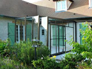 Die Terrassenüberdachung CORSO Glas passt auch zu dem historischen Haus