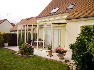 Helle Ausführung der aufschiebbaren Terrassenüberdachung CORSO Glas