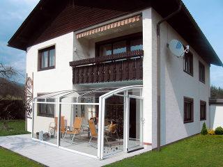 wunderschön integrierte Terrassenüberdachung
