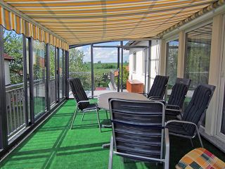 Geschlossene Terrassenüberdachung CORSO mit integrierter Markise