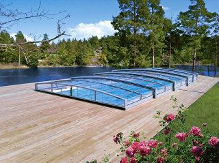 Trotz der flachen Ausführung gibt es unter der Poolabdeckung VIVA genug Raum für Schwimmen