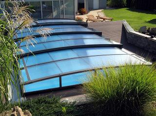 Abri de piscine CORONA vient en complément de votre jardin