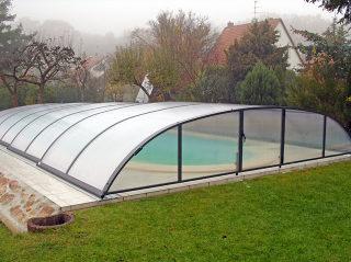 Abri de piscine ELEGANT NEO avec parois en polycarbonate fumé