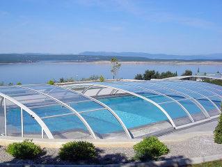 Abri de piscine ELEGANT NEO - en partie ouvert pour laisser entrer l