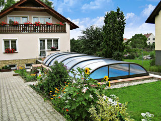 Abri de piscine ELEGANT avec cadres foncés sur piscine privée