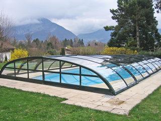 Abri de piscine bas ELEGANT construit sur sol en pierre