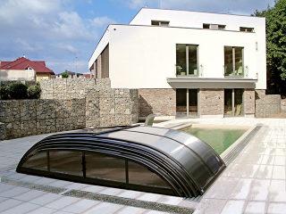 Abri pour piscine enterrée modèle  ELEGANT avec structures anthracite et polycarbonate fumé