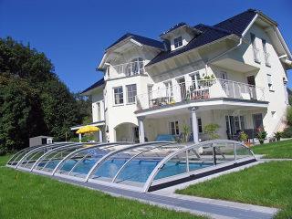 Abri de piscine ELEGANT avec cadres argentés assortis à la maison