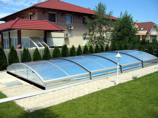 Abri de piscine IMPERIA NEO clair fabriqué par Alukov est une bonne option pour protéger votre piscine