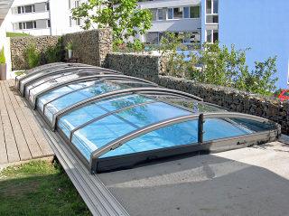 Abri de piscine IMPERIA NEO clair augmente la température de l'eau de votre piscine et a fière allure en même temps