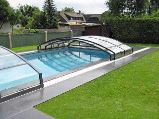 Abri de piscine bas IMPERIA NEO clair par Alukov - semi-ouvert