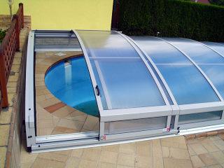 Abri de piscine IMPERIA NEO clair avec cadres argentés - porte d