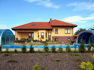 Abri pour piscine enterrée modèle  LAGUNA NEO - ouvert découvre entièrement la piscine
