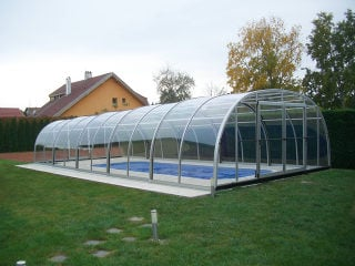 Abri pour piscine enterrée modèle  LAGUNA aide à garder votre piscine au chaud