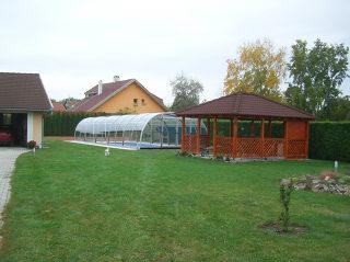 Abri de piscine LAGUNA dans le jardin