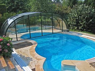 Un très grand espace couvert autour de la piscine grâce à l'abri LAGUNA par Alukov