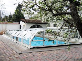 Abri bas de piscine OCEANIC - un design angulaire pour votre jardin