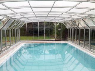 Abri de piscine OCEANIC construit grâce aux parois en polycarbonates et aux cadres d'aluminium