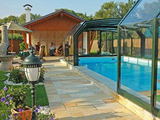Abri de piscine rétractable avec parois en polycarbonate