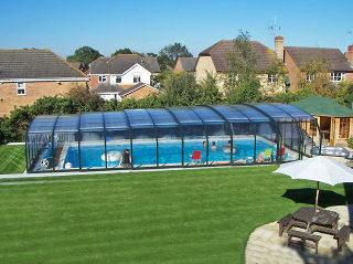 Abri haut pour piscine modèle OCEANIC - construit avec différentes éléments qui coulissent les uns sous les autres