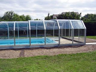 Abri de piscine spatieux OCEANIC - les segments glissent les uns dans les autres pour protéger votre piscine