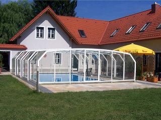 Abri de piscine rétractable utilise des parois en polycarbonate et des cadres en aluminium